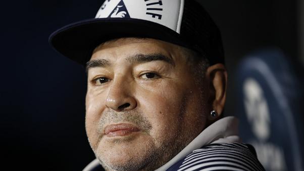 Maradona evoluciona favorablemente según su doctor