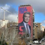 Joan Laporta coloca una lona gigante enfrente del Santiago Bernabéu